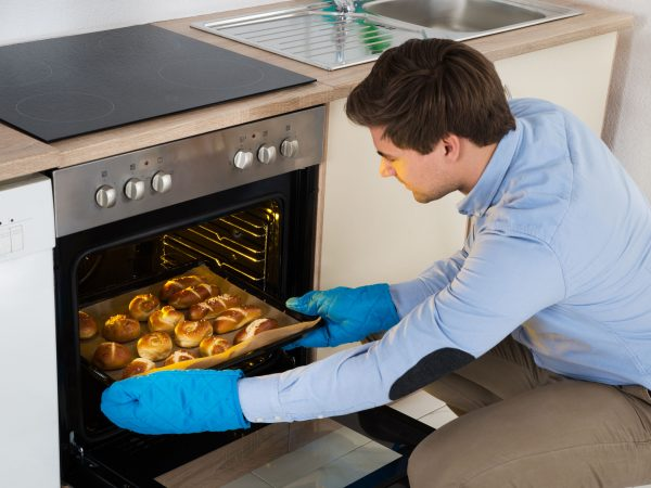 Beim Kochen mit einem Gasherd ist volle Achtsamkeit und Aufmerksamkeit angesagt. (Bildquelle: Taha Sas / 123rf)